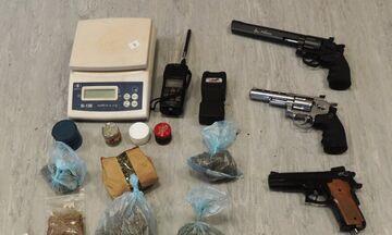 Η αστυνομία συνέλαβε γνωστό ράπερ για κατοχή και διακίνηση ναρκωτικών (vid)