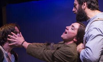 Η προτεινόμενη για Όσκαρ ταινία «Το χώμα βάφτηκε κόκκινο» για πρώτη φορά στο θέατρο (vid)