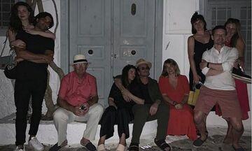 Ο Bono κάνει διακοπές στην Υδρα - Η φωτογραφία έξω από το σπίτι του Λέοναρντ Κοέν