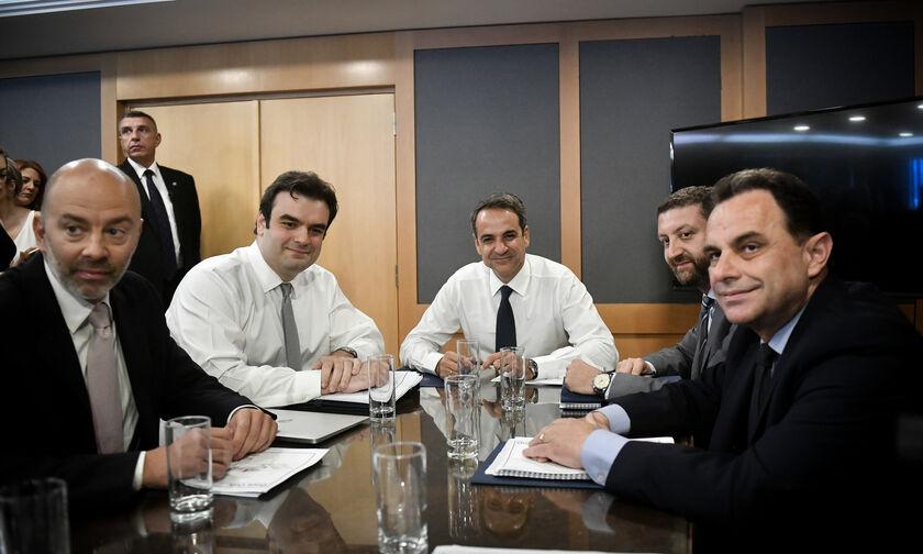 Ο Πρωθυπουργός ασχολήθηκε με τα προσύμφωνα της ΕΡΤ με ΠΑΟΚ και ΑΕΚ