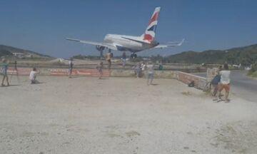 Βίντεο: Αεροπλάνο περνά ξυστά από τα κεφάλια τουριστών στη Σκιάθο (vid)