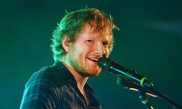 Ένα τεράστιο άγαλμα που απεικονίζει τον Ed Sheeran εμφανίστηκε στη Μόσχα