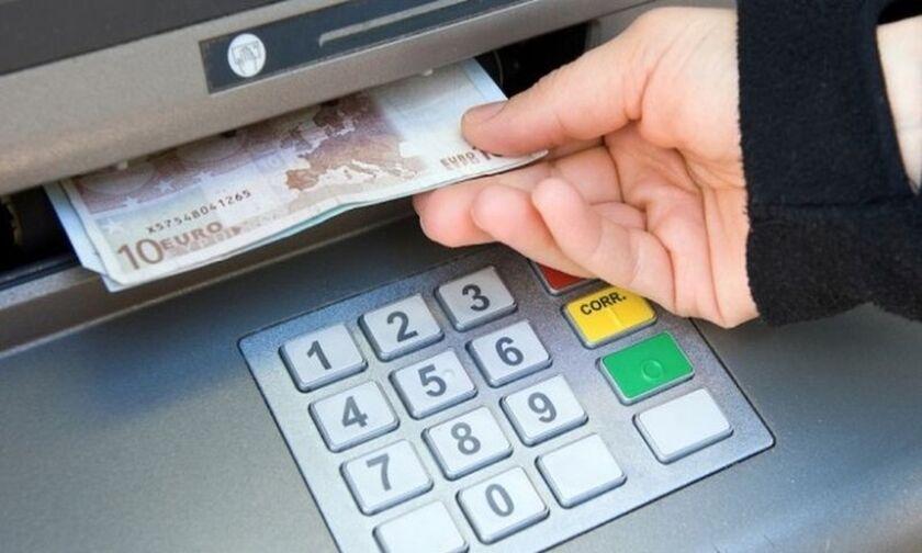 Νέες χρεώσεις από σήμερα για αναλήψεις από ΑΤΜ άλλης τράπεζας-Πότε φτάνουν τα 5 ευρώ