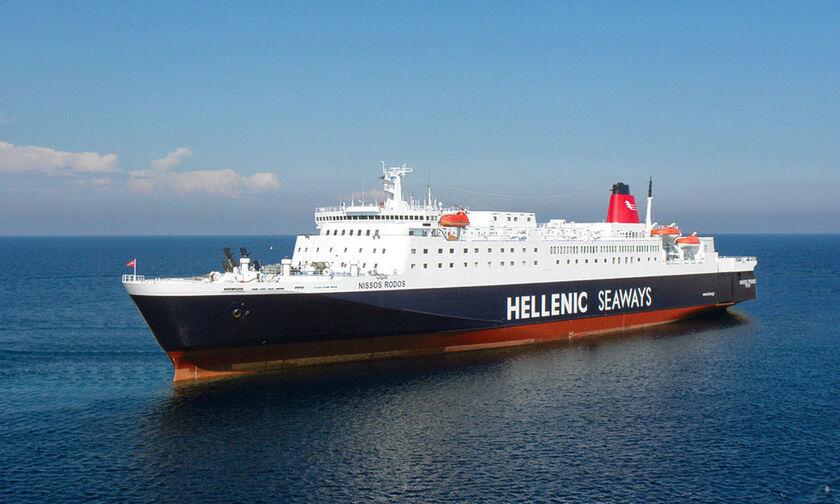 Αλαλούμ στο «Νήσος Ρόδος» με υπεράριθμους επιβάτες στον Πειραιά