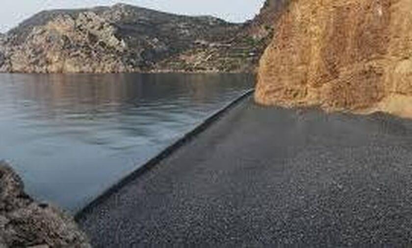 Χίος: Aπέκλεισαν την παραλία Μαύρα Βόλια για να τελέσουν γαμήλια δεξίωση!