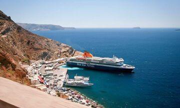 Στο λιμάνι της Σαντορίνης με μηχανική βλάβη το «Santorini Palace»