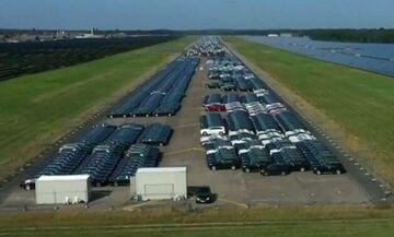 Γιατί στοιβάζονται χιλιάδες νέες Mercedes σε αεροδρόμιο;