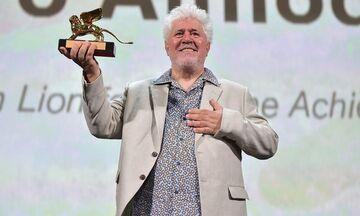 «Ποτέ δεν υποστήριξα ότι θα αλλάξω τον κόσμο»: Ο Πέδρο Αλμοδόβαρ τιμήθηκεμε Χρυσό Λεόντα