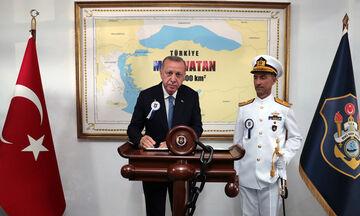 Ερντογάν: Φωτογραφήθηκε με χάρτη που δείχνει τουρκικό το μισό Αιγαίο! (pic)