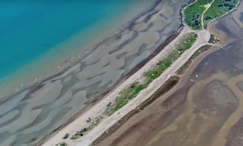 Σκάλα Αταλάντης: Η θάλασσα που από την μια είναι γαλάζια και από την άλλη κόκκινη! (vid)