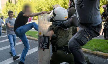 Tι δήλωσε ο αστυνομικός που δέχθηκε κλωτσιές στη διαδήλωση του ΠΑΜΕ (pics, vid)