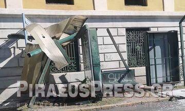 Πειραιάς: Φορτηγό έπεσε σε στάση λεωφορείου