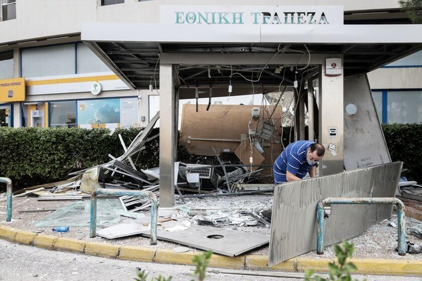 Μεγάλες ζημιές από ανατίναξη ATM στη Γλυφάδα - Ανδρας τραυματίστηκε ελαφρά (pics,vid)