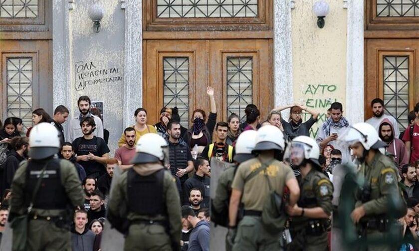 ΑΣΟΕΕ: Δύο τραυματίες αστυνομικοί και τρεις προσαγωγές μετά τα επεισόδια!