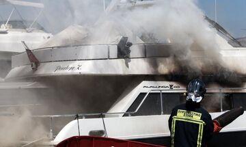 Μαρίνα Γλυφάδας: Φωτιά σε θαλαμηγό - Επιχειρούν 15 πυροσβέστες με πέντε οχήματα!