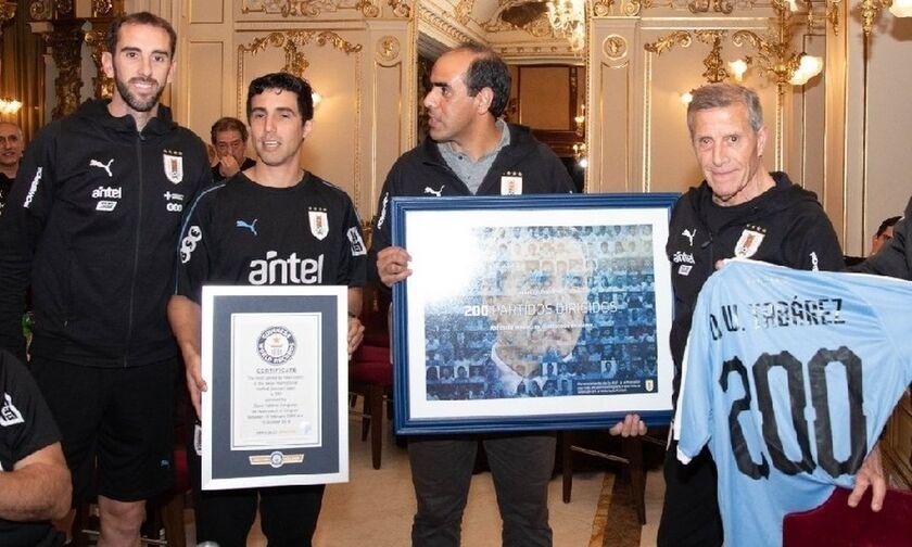 Στο βιβλίο Γκίνες ο προπονητής της Ουρουγουάης (pics)