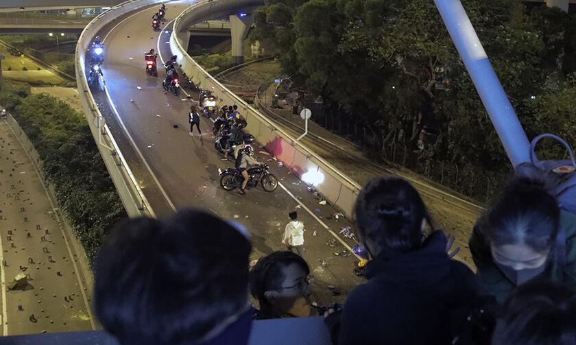 Δείτε φωτογραφίες από την απόδραση διαδηλωτών από την πολυτεχνική σχολή του Χονγκ Κονγκ(pics)