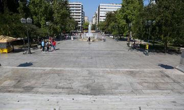 Επιχείρηση καθαριότητας της πλατείας Συντάγματος από τον Δήμο Αθηναίων