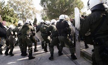 Επεισόδια μεταξύ φοιτητών και ΜΑΤ στο Καβούρι - Κλειστή η Λεωφόρος Ποσειδώνος (pic)