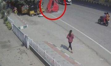 Βίντεο που κόβει την ανάσα: Αυτοκίνητο πέφτει από γέφυρα σε πεζούς
