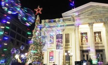 Ο Γιάννης Μώραλης φωταγωγεί το χριστουγεννιάτικο δέντρο στον Πειραιά