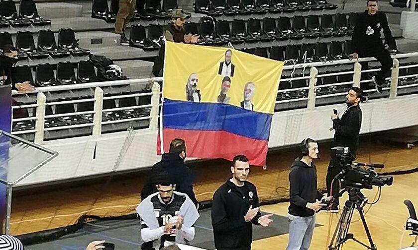 ΠΑΟΚ-Ολυμπιακός: Το πανό που προκάλεσε την προσωρινή διακοπή στην Πυλαία (pic)