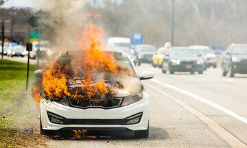 Αυτοκίνητο έγινε «στάχτη» στην Αθηνών-Λαμίας! (vid)