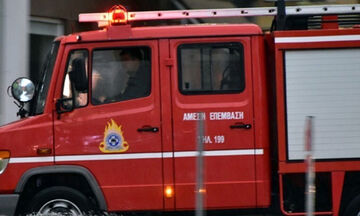 Πυρκαγιά σε κτίριο στην Ερμού - Τέθηκε υπό μερικό έλεγχο