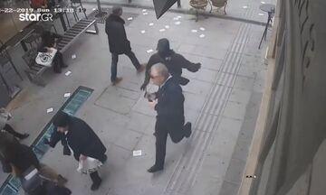 Συγκλονιστικό βίντεο: Κουκουλοφόρος κυνηγάει πολίτη και πέφτει πάνω σε ΜΑΤ! (vid)