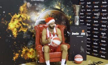 O Άη-Βασίλης του Ολυμπιακού και οι συμπαίκτες του ευχήθηκαν για τα Χριστούγεννα (vid)
