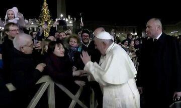 Ποιο αλάθητο; Ο Πάπας ζήτησε συγγνώμη, επειδή χτύπησε πιστή... (vid)