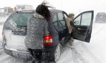 Διακοπή της κυκλοφορίας λόγω χιονόπτωσης στην περιφερειακή οδό Πεντέλης - Νέας Μάκρης