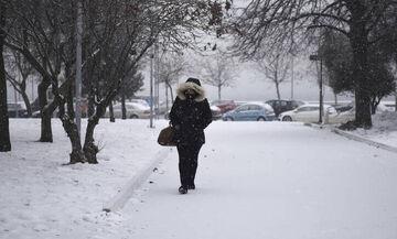 Καιρός: Δεν υποχωρεί ο «Ηφαιστίων», που θα χιονίσει σήμερα