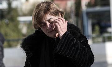 Κατέρρευσε στο δικαστήριο η μητέρα της Τοπαλούδη, μεταφέρθηκε με ασθενοφόρο στο νοσοκομείο (vids)