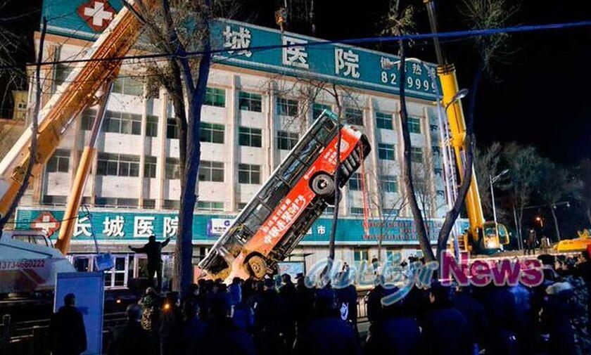 Τρομακτικό δυστύχημα στην Κίνα, άνοιξε δρόμος και «κατάπιε» λεωφορείο (vid)