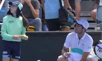 Australian Open 2020: Τενίστας ζήτησε από μπολ-γκερλ να του ξεφλουδίσει την μπανάνα! (vid)