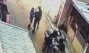 Βίντεο: Αστυνομικός χτυπάει 11χρονο παιδί στο Μενίδι – Διατάχθηκε ΕΔΕ