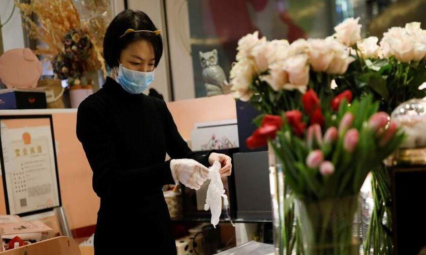 Ημέρα του Αγίου Βαλεντίνου στην Κίνα: Μαζί με τα λουλούδια δώρο... ένα μπουκαλάκι με απολυμαντικό