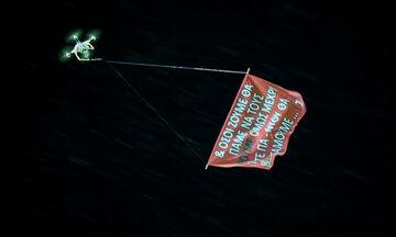 Πανό - μήνυμα της Θύρας 7 πέταξε με drone πάνω από τους οπαδούς του Παναθηναϊκού στην Τρίπολη! (pic)