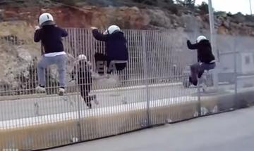 Χίος: ΜΑΤ έβαλαν φωτιά και έσπασαν αυτοκίνητα στο λιμάνι των Μεστών! (vid)