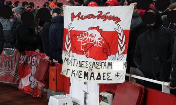 Άρσεναλ - Ολυμπιακός: Πανό κατά των ΜΑΤ σήκωσαν στο Emirates οπαδοί του Ολυμπιακού από τη Μυτιλήνη!