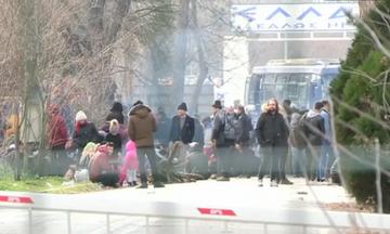 Χαμός στον Έβρο: Μετανάστες κολυμπούν για να μπουν στην Ελλάδα, έκλεισαν τα σύνορα! (vid, pics)