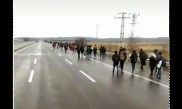 Βίντεο: Καραβάνια από πρόσφυγες μέσα στη βροχή κατευθύνονται στην Ελλάδα