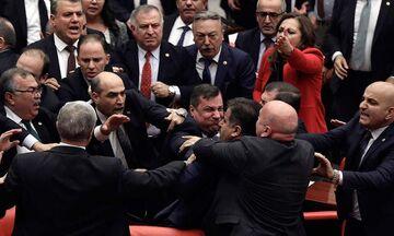 Πιάστηκαν στα χέρια στην τουρκική βουλή, για χάρη του Ερντογάν (vids)