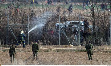 Έβρος: Μετανάστες προσπαθούν να ρίξουν τον φράχτη με τη βοήθεια Τούρκων αστυνομικών (vid)