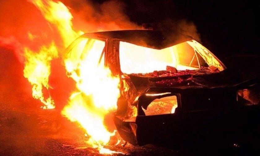 Αττική: Μπαράζ εμπρησμών τη νύχτα σε αυτοκίνητα, μοτοσικλέτες και καφετέρια