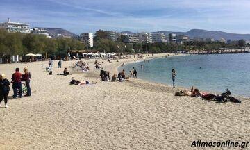 Η ζωή μετά το κλείσιμο των χώρων εστίασης: Στην παραλία με καφέ ανά χείρας - Οι τολμηροί βούτηξαν
