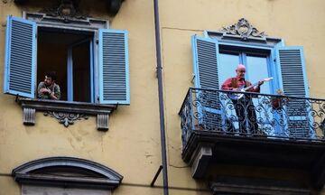 Κορονοϊός: Οι Ιταλοί τραγουδούν από τα μπαλκόνια τους (vid)