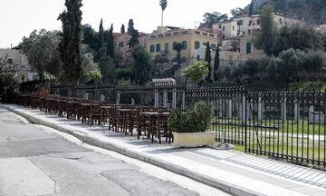 Photo Story: Έρημες πόλεις στη σκιά του κορονοϊού - Δεκάδες τουρίστες στην αλλαγή φρουράς στην Αθήνα