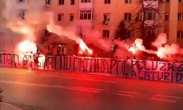 Οπαδοί της Κραϊόβα έξω από το νοσοκομείο - Μήνυμα συμπαράστασης στους γιατρούς (vid)